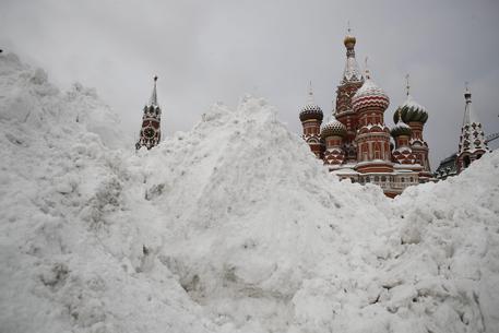 Mosca, la nevicata del secolo: strade paralizzate, un morto