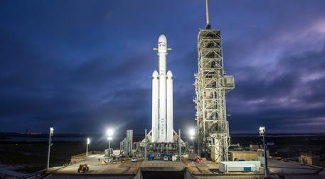 Space X, lanciato il super razzo Falcon Heavy
