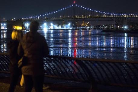 CRONACA - Elicottero si schianta a New York: si salva solo il pilota
