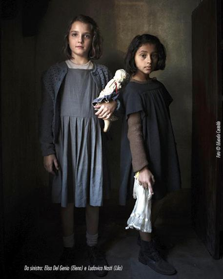 Elisa Del Genio e Ludovica Nasti, nei panni Elena e Lila Bambine, protagoniste della serie tv L'amica geniale © ANSA