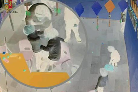 'Maltrattava piccoli alunni', arrestata maestra a Taranto, 23 nov. 2017 Un frame tratto dalle immagini delle telecamere nascoste della Polizia di Stato © ANSA