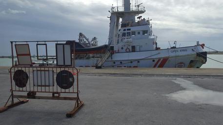 La nave Open Arms della Ong spagnola Proactiva sotto sequestro nel porto di Pozzallo © ANSA