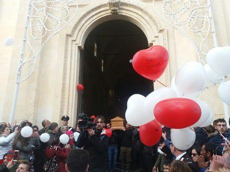Ventenne uccisa, chiesa gremita per il funerale $