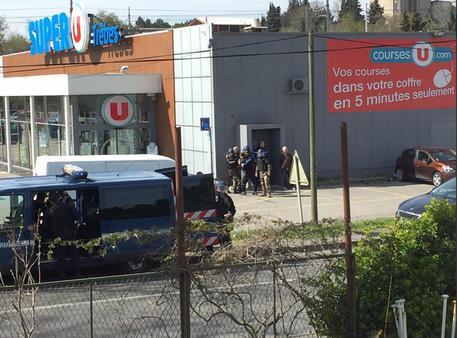 Polizia all'esterno del supermercato di Trebes © ANSA