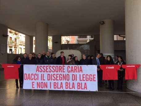 Scendono ancora in piazza i dipendenti Aras, in sciopero da lunedì 20 agosto per rivendicare i quattro stipendi arretrati