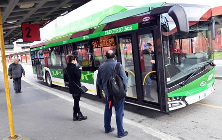 Milano, vietato fumare alle fermate dell'autobus per combattere lo smog