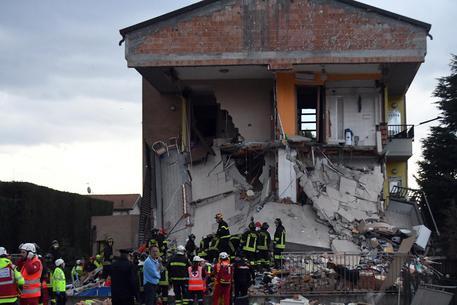Crolla palazzina a due piani in provincia di Milano