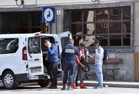 Risultati immagini per foto di poliziotti francesi e migranti