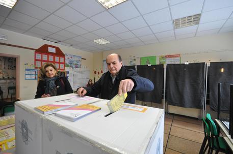Bersani infila da solo schede nell'urna lasciando tagliando