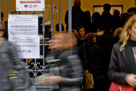 Follia in un seggio di Casoria. Scrutatrice straccia il registro. Denunciata