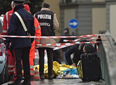 Firenze senegalese ucciso, sit-in sul ponte Vespucci: contestato sindaco Nardella