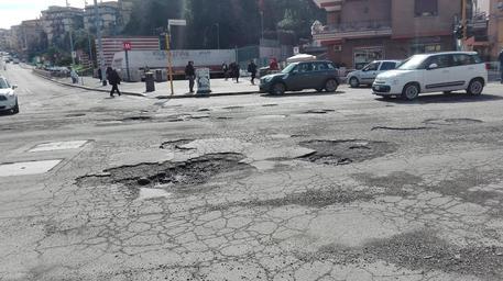 Buche all'incrocio di via Battistini, capolinea metro A a Roma ANSA/Giorgiana Cristalli © ANSA