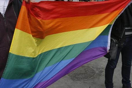 Minaccia la figlia per la relazione omosessuale denunciata