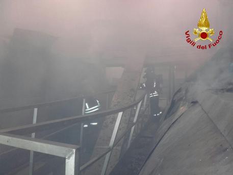 Vigili del fuoco al lavoro all'interno dell'azienda 'Ecb' © ANSA