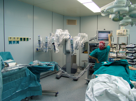 Ago di sutura dimenticato nell'addome: donna risarcita dopo 56 anni
