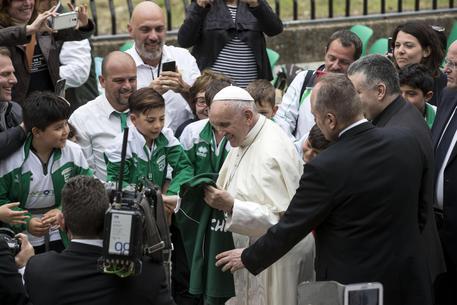 L'abbraccio del Papa a Emanuele: