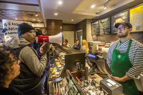 Usa: neri arrestati da Starbucks, bufera