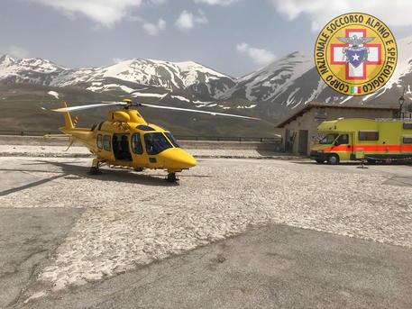 Castelluccio di Norcia, si ribalta una ruspa: vigile del fuoco rimane ferito