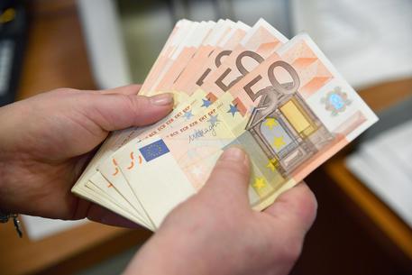 volano in strada 1.200 euro in pezzi da 50: traffico in tilt, tutti a raccogliere i soldi