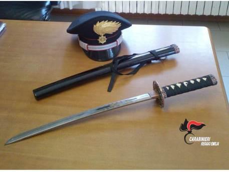 Quattro Castella, minaccia il vicino con la katana: denunciato