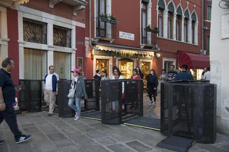 Venezia, tornelli per deviare i turisti