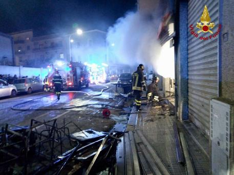 Incendio in un bar, due palazzine evacuate