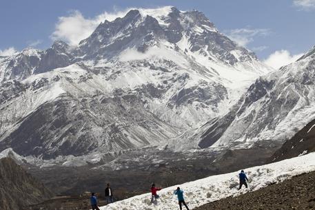 Nepal, tempesta di neve sul monte Gurja: muoiono 8 alpinisti