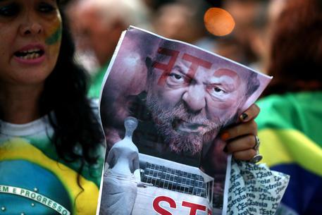 L'ex presidente Lula deve andare in prigione