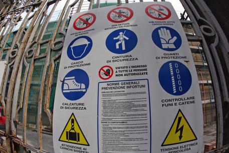 n cartello all' ingresso di un cantiere © ANSA