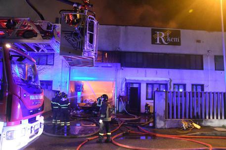 Vigili del fuoco al lavoro nell'incendio in cui ha perso la vita un loro collega a causa del crollo del tetto di un capannone, San Donato Milanese © ANSA