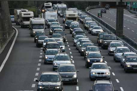 Traffico bloccato: code in autostrada per incidenti e rallentamenti