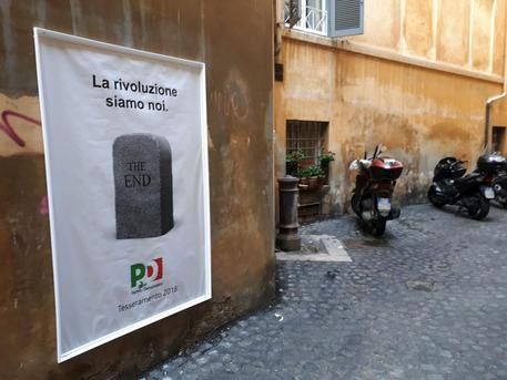 Ancora 'street art' in centro a Roma, quadro 'The end, Pd' © ANSA