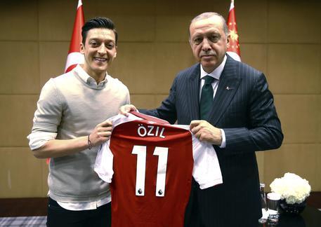 Germania: posano in foto con Erodgan, bufera su Ozil e Gundogan