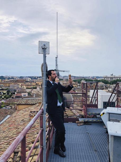 Salvini su tetto camera per diretta fb lazio for Diretta camera