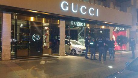 Sfondano con auto porta negozio Gucci - Sicilia - ANSA.it