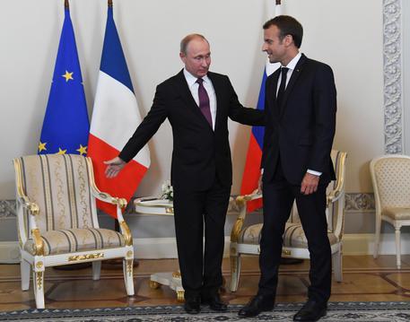 Gli europei pragmaticamente verso Putin? Macron a San Pietroburgo