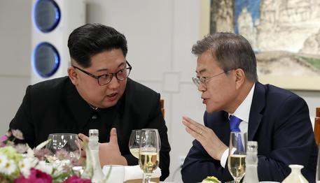 Coree: nuovo abbraccio tra Kim e Moon