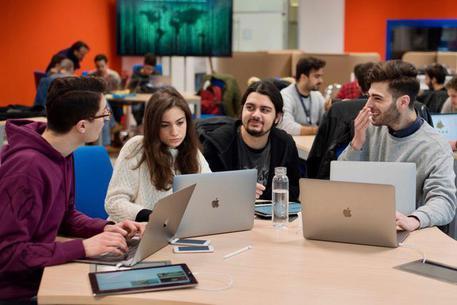 Apple cerca 400 studenti per la sua scuola di app: come candidarsi