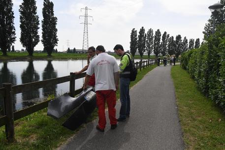 Operazioni di recupero nel canale Muzza © ANSA