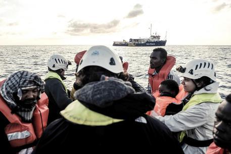 Migranti sulla nave della ong tedesca Sea Watch © AP