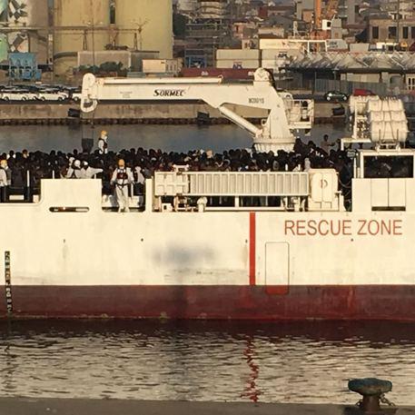 Catania, approdata nave Diciotti con 932 migranti