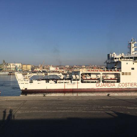 migranti: in 932 sulla guardia costiera, arrivati a catania - ansa