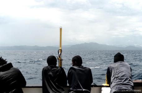 Migranti sulla nave Aquarius (foto da twitter di Msf) © ANSA