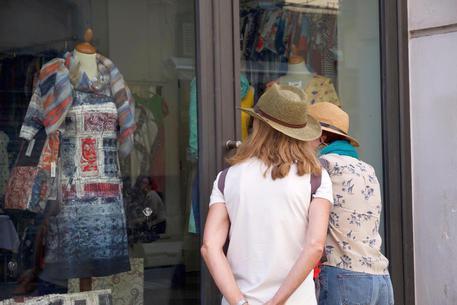 Commercio: saldi nei negozi © ANSA