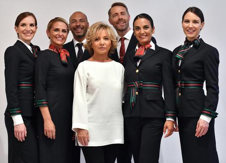 Alitalia: logomania in blu, svelate nuove divise firmate Alberta Ferretti