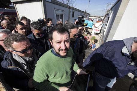 Il ministro dell'Interno Matteo Salvini in un foto d'archivio durante una visita a un campo rom © ANSA