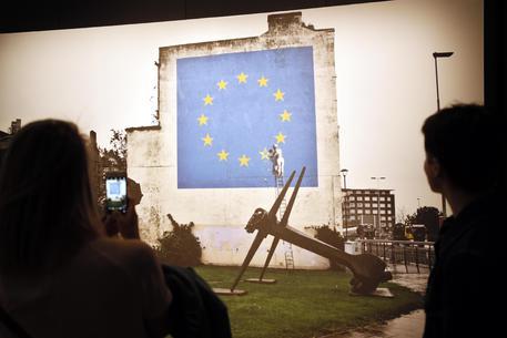Banksy, spuntano i nuovi murales a Parigi dedicati ai migranti