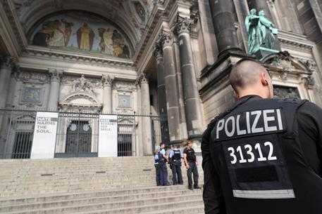 Armato di coltello: agente spara e colpisce anche un collega