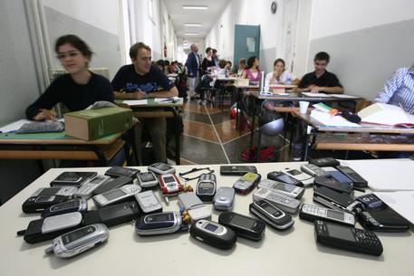 I  cellulari di alcuni alunni del liceo © ANSA