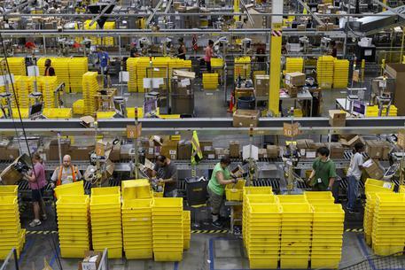 L'ispettorato del lavoro contro Amazon: abusa degli interinali, assuma 1.300 persone